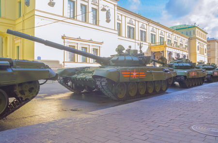 러시아, 상트 페 테르 부르크, 7 5 월 2017, 승리 퍼레이드의 리허설 - 작은 Hermitage 건물 장갑 차량 근처.