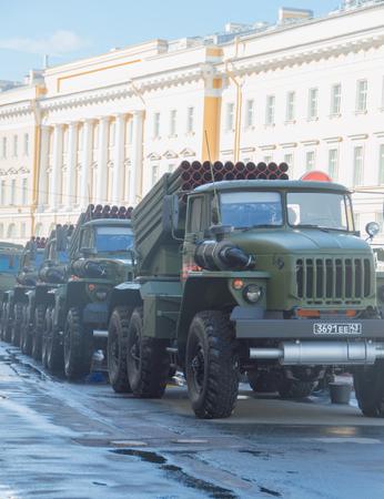 """러시아, 상트 페테르부르크, 7 월 2017, 승리 퍼레이드의 리허설 - 여러 로켓 발사기 """"Grad""""가있는 차량의 호송."""