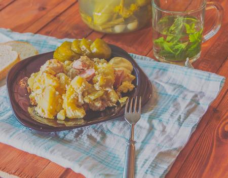 Pickles, Gebakken Aardappels Met Worsten Op De Eettafel. Stockfoto