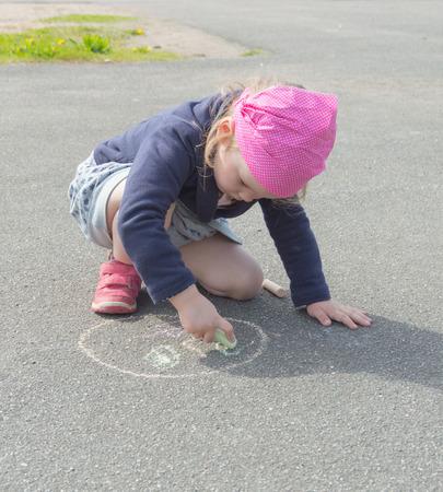 adolescencia: tiza sobre asfalto dibujar un círculo niña.