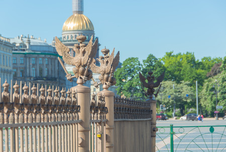 Russia, Saint-Petersburg, 12 June 2017 - the Imperial eagle on the fence of the Alexander column. Imagens - 80666288