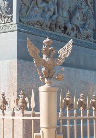Rusland, Sint-Petersburg, 12 juni 2017 - de keizerlijke adelaar op het paleisplein. Redactioneel