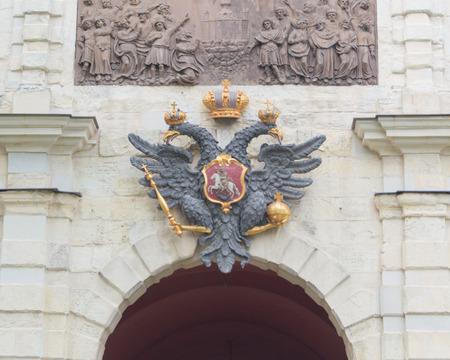 Rusland, Sint-Petersburg, 12 juni 2017 - Keizerarend boven de boog van het Bastion-fort. Redactioneel