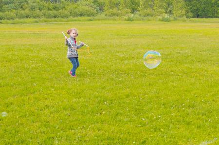 in the Park baby meisje met zulke grote ronde bubbels. Stockfoto