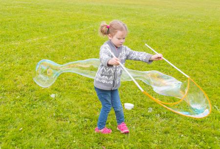 in the Park baby meisje met zulke grote bubbels.