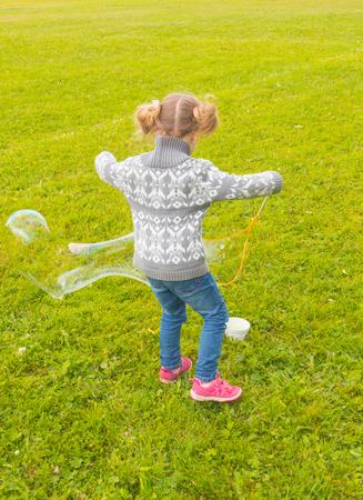 terug in het Park-babymeisje met zulke grote bubbels.