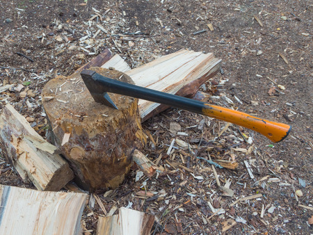 axe for chopping wood embedded in a tree stump. 版權商用圖片 - 83007027
