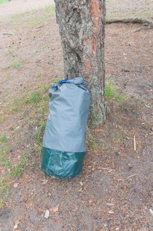 水用密閉袋のほとりにハイキングします。