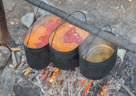 食品のやかんを火に旅行します。