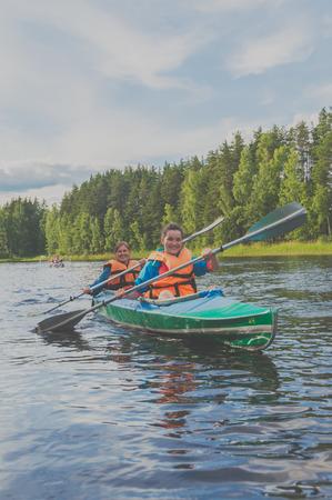 2017 年 7 月 15 日ロシア、Losevo - Vuoksi 川カヤック帆二人の女の子。