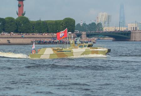 ロシア、サンクトペテルブルク、2017 年 7 月 30 日 - 海軍のパレードでネヴァ川哨戒艇。 報道画像