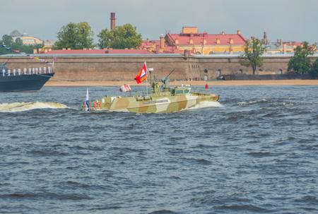 Rusland, Sint-Petersburg, 30 juli 2017 - dag parade van de marine patrouilleboot. Redactioneel