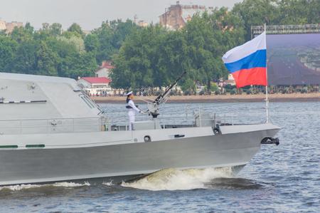 Rusland, Sint-Petersburg, 30 juli 2017 - de machine schutter op de boeg van het schip.