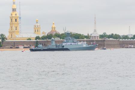 Rusland, Sint-Petersburg, 30 juli 2017 - Klein anti-duikschip van de Baltische vloot Urengoy bij de vesting.