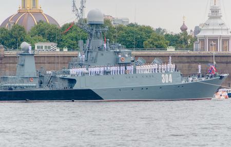 Rusland, Sint-Petersburg, 30 juli 2017 - Kleine anti-onderzeeër schip Urengoy op het fort.