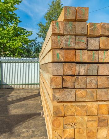 避難所のない複雑な木製の梁。