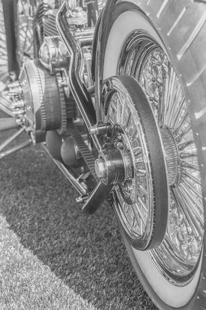 zwart en wit, achterwiel en motor van een vintage motorfiets Stockfoto