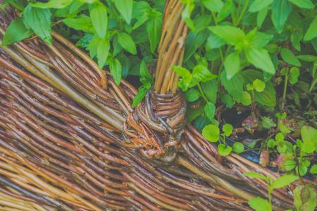 Cesta de mimbre con flores, primer plano Foto de archivo - 90863615