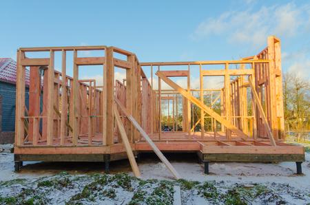 杭の基礎の上に、木造フレームの家の建設