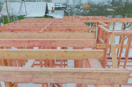 フレームハウスの2階の壁と柱の建設 写真素材