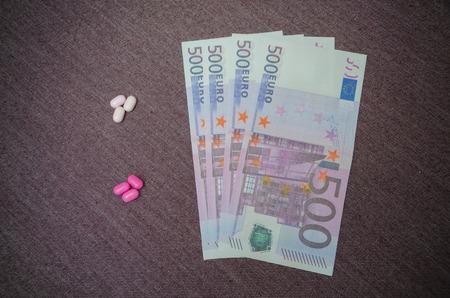 유로 지폐 및 정제를 마약 또는 마약 구매 스톡 콘텐츠 - 94820219