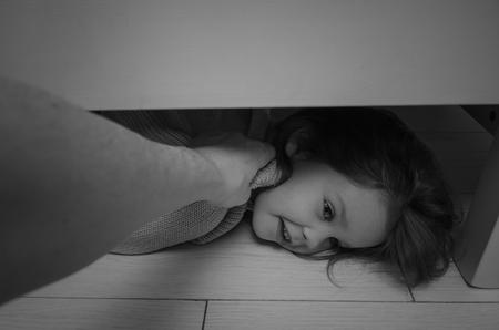 子供は、ベッドの下から首で引き抜かれ、残酷な 写真素材 - 95375097