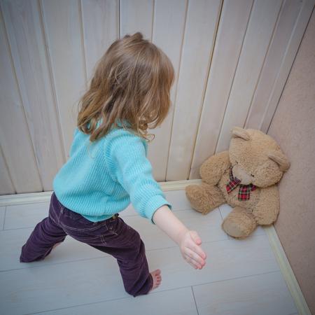 罰は、クマのおもちゃ、ドキドキ、平手打ち、女の子、子供 写真素材