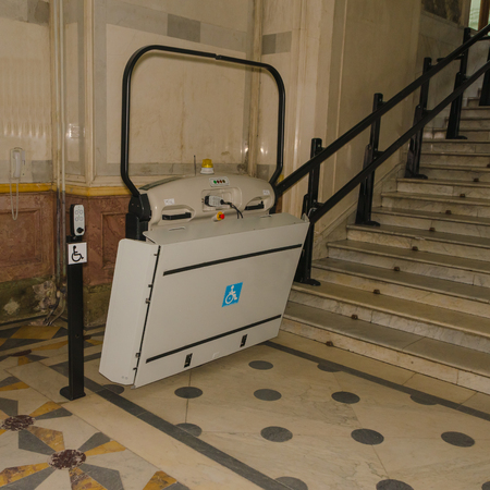 electric lift for wheelchair users in the transition to the stairs Stockfoto