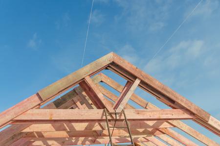 基礎、木造住宅のフレーム、屋根の重なりの締結 写真素材 - 98361305