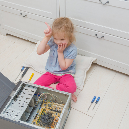 girl, child learned, found, guess what is the cause of failure, repair computer, system unit 版權商用圖片