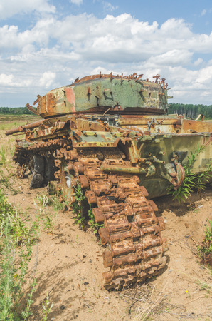 lined with rusty military tank, artillery, tracked, in the field on a Sunny day Stock fotó - 104124154