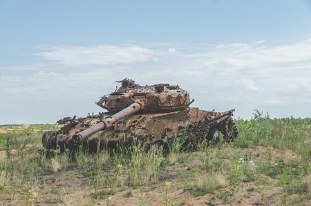 lined with rusty military tank, artillery, tracked, in the field on a Sunny day Stock fotó - 104124226