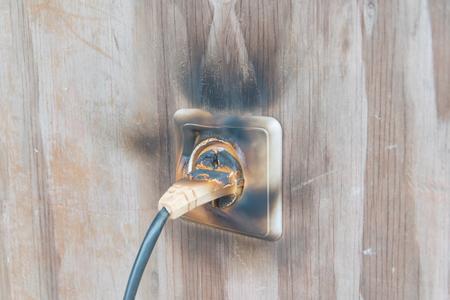火災と煙、火災のソケットとワイヤー 写真素材 - 105413945