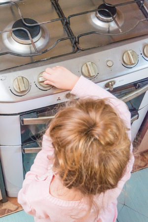 girl, a child includes a gas stove in the absence of adults, the risk of poisoning, fire, explosion