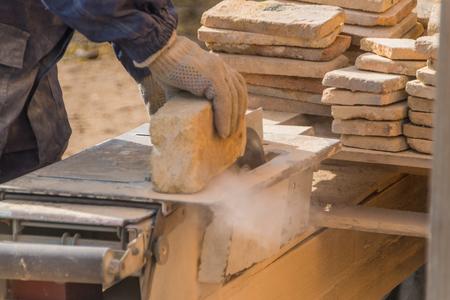 Arbeiten an der Maschine schneidet den Stein, Laserscheibe Standard-Bild
