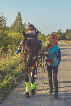Russia Nikolskoye September 23, 2020 - boy rides a horse hippotherapy class 新聞圖片