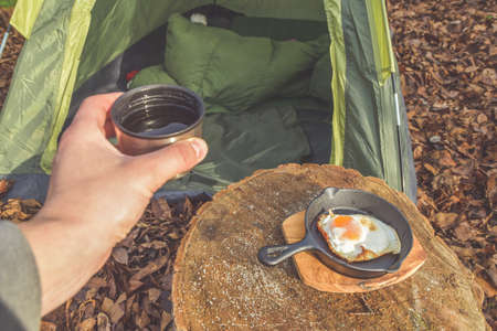 the hot tea and scrambled eggs are served for Breakfast at the campsite Imagens - 158725411