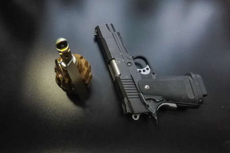 the black background a pistol and a hand grenade 免版税图像