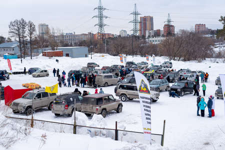 Russia, Novosibirsk-March 23, 2020. A large number of off-road cars are parked in the snow in winter. 新聞圖片