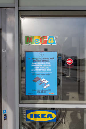 Novosibirsk, Russia-April 12, 2020. Warning about closing on the wall in the Mega IKEA hypermarket due to the quarantine of the covid 19 virus epidemic without cars and people at the closed entrance. 新聞圖片