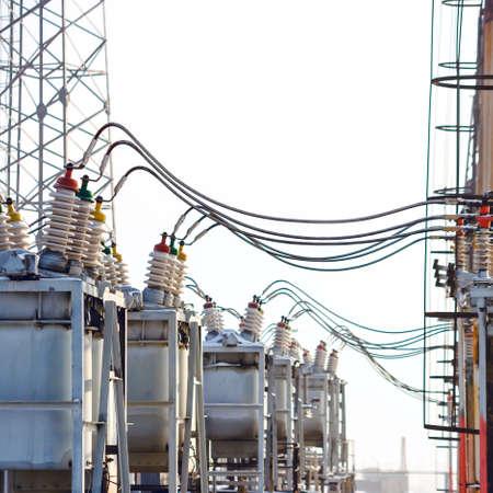 energii elektrycznej wysokiego napięcia podstacji w zimowy dzień Zdjęcie Seryjne