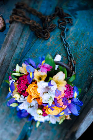 rusty chain: Bridal bouquet. Wedding bouquet. Bouquet of flowers and boat chain. Flowers in boat. Bouquet of flowers