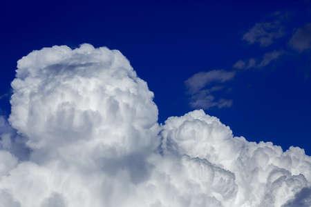 air cleaner: Antecedentes de tormenta nubes de color púrpura en el cielo azul