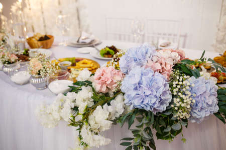 Wedding table for newlyweds with beautiful decorations Foto de archivo