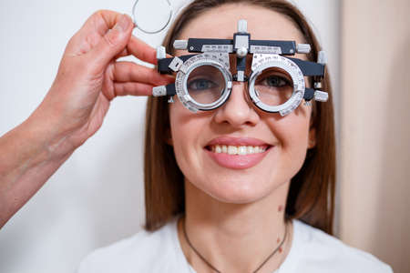 Selection of glasses for sight for the woman. The correct selection of points. Optical Salon. Optician. Trial lenses.
