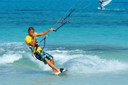 kite surfing: kitesurfen op vlakke azuurblauwe oceaanwater