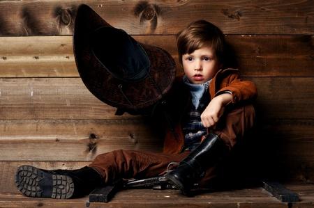 wildwest: ritratto in studio di cowboy che tiene il cappello in mano