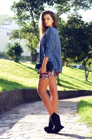 молодая красивая стильная девушка прогулки в парке