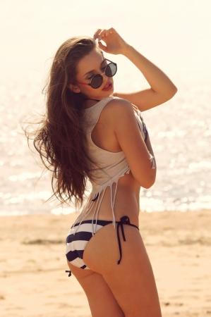joven y bella y sexy chica en la playa