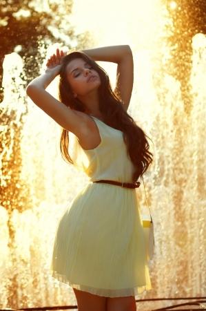 летнее легкость и свободу. молодая красивая нежная женщина